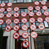 Herz aus Schildern in Mons