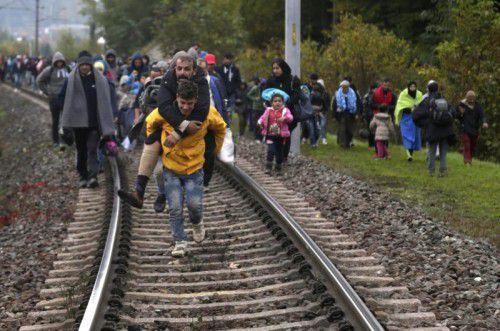 Flüchtlinge auf den Schienen bei Spielfeld.