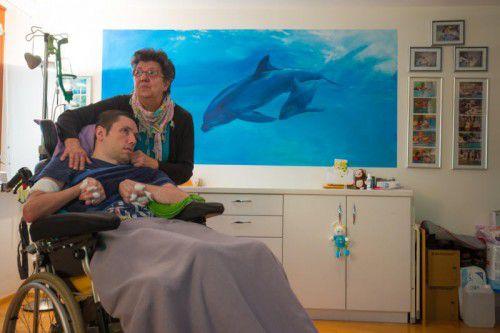 Margit Graf mit ihrem 34-jährigen Sohn Marco. Seit einem Autounfall vor zwölf Jahren ist er schwerbehindert.