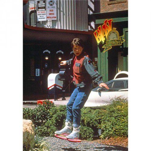 Marty McFly (Michael J. Fox) auf seinem Hoverboard im Film