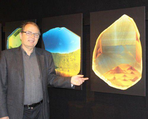 Paul Rustemeyer präsentiert Bilder des Innenlebens der schwarzen Kristalle.