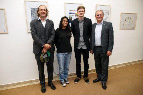 Roman Zöhrer mit den jungen Kunstschaffenden Marianne Dioso und David Starchl sowie LT-Präs. Harald Sonderegger