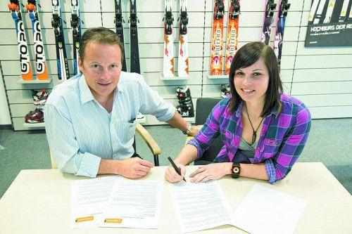 Seit dem Jahr 2004, damals noch als Schülerin, fährt Anna Fenninger für Head. Rainer Salzgeber legte ihr kürzlich einen neuen Vertrag vor.