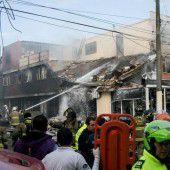 Kleinflieger stürzt in Bogota in eine Bäckerei