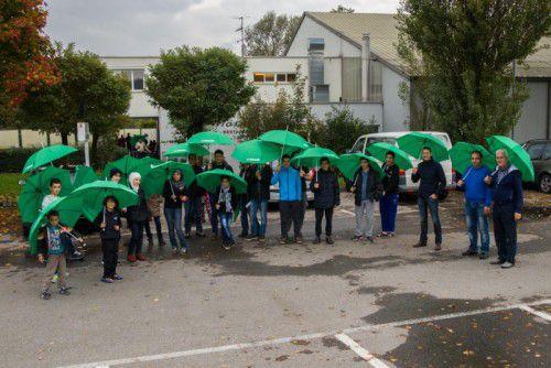 Vertreter der Firma Grass besuchten Flüchtlingsfamilien in Götzis.