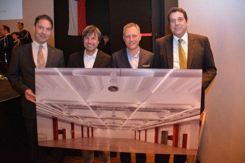 Alexander Stuchly, Joachim Alge und Reinhard Schertler überreichten Bürgermeister Harald Köhlmeier ein Bild.