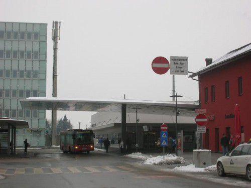 Am Dornbirner Bahnhof klingt Klassik aus den Lautsprechern.