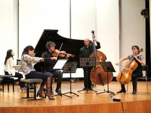 Berit Cardas, Violine, Klaus Christa, Viola, Björg Vaernes Lewis, Violoncello, und Akiko Shiochi, Klavier, in der Pforte.