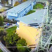 Drohne fliegt in Stromleitung