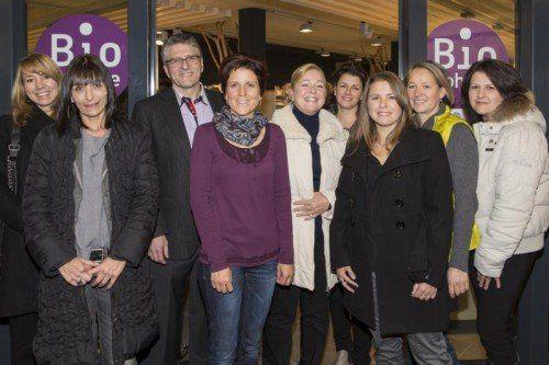 Das Team bei der feierlichen Eröffnung des ersten Biofachgeschäfts im Rheindelta.