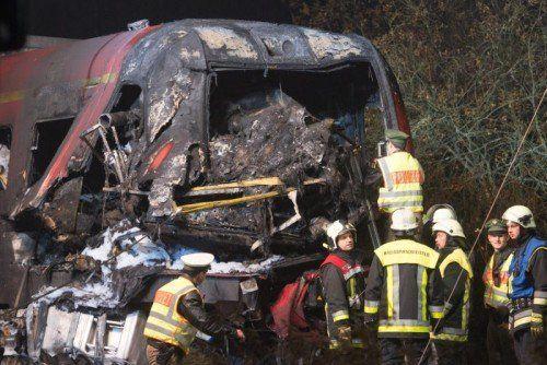 Der vordere Teil des Zuges wurde beim Aufprall zertrümmert. Beide Fahrzeuge gerieten in Brand. Zwei Menschen kamen ums Leben.