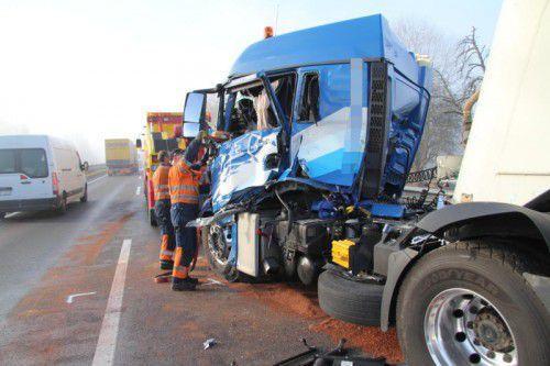 Die Fahrerkabine eines der unfallbeteiligten Lkw wurde schwer beschädigt.