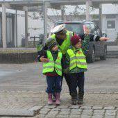 Stadtpolizei und Rotes Kreuz im Kindergarten