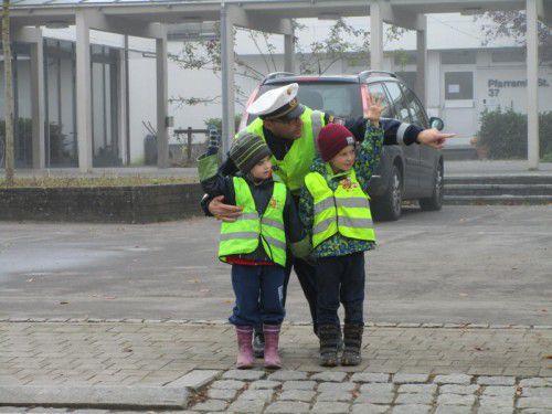 Die Kinder lernten, wie man richtig über die Straße geht.