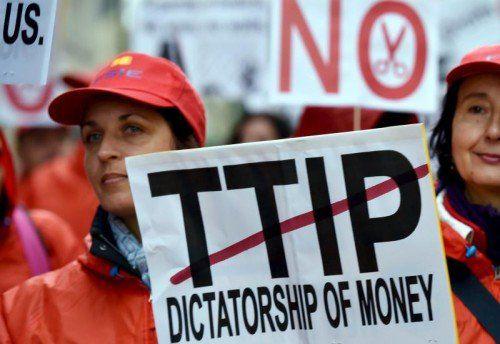 Die Verhandlungen um das EU-USA-Freihandelsabkommen TTIP stehen mehr denn je in der Kritik. Immer mehr lehnen es ab.
