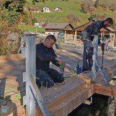Neues Holz für alte Brücke in Außerbraz
