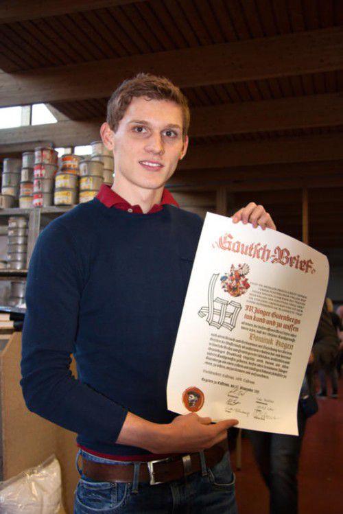 """Dominik Hagen präsentiert stolz seinen """"Gautschbrief""""."""