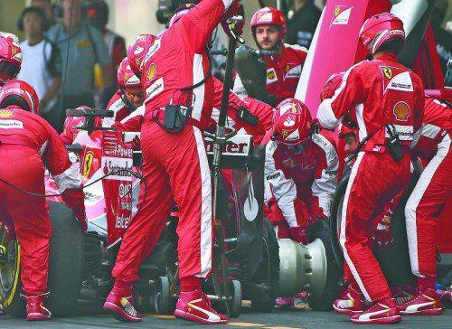 Erste Hilfe für den Ferrari von Sebastian Vettel. Der Deutsche war in Runde eins Daniel Ricciardo im Red Bull ins Gehege gekommen.