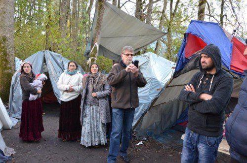 Nenzings Vizebürgermeister Herbert Greussing (4. v. l.) war bei der Räumung dieses Roma-Lagers dabei.