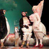 Drei Pinguine des Landestheaters verschönern die Weihnachtszeit