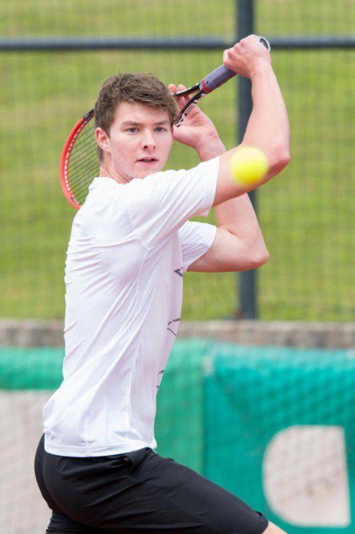 Gerrit Lebeda holte sich den Siegerpokal beim Touchtennis in Nenzing.VN/DS