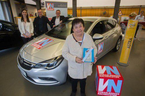 Gewinnerin Wilma Flügel bei der Preisübergabe bei Auto Gerster mit Veronika Böhler (VN), Verkaufsleiter Georg Kirchberger und Geschäftsführer Christoph Gerster (r.).