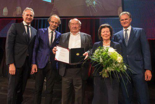 IV-Präsident Martin Ohneberg, VN-Herausgeber Eugen A. Russ, Lebenswerk-Preisträger Alwin Lehner mit Ehefrau Herma sowie WKV-Präsident Manfred Rein.