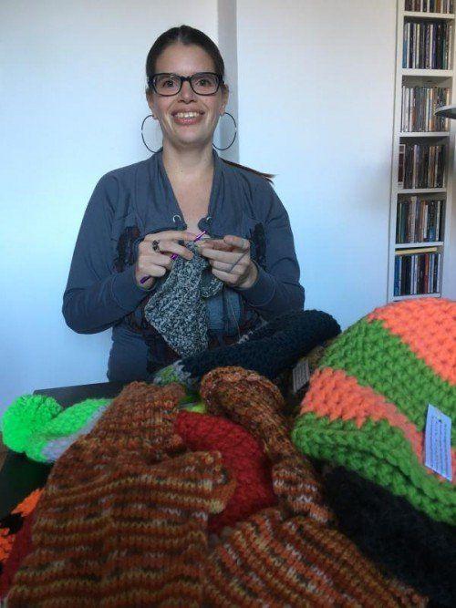 Jede einzelne Mütze wird von Helene Fritsche mit einer persönlichen Willkommensnotitz in mehreren Sprachen versehen.