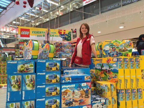 Junior Sales Champion Julia Sermann in ihrer Lieblingsabteilung im Interspar Feldkirch-Altenstadt: bei den Spielwaren.