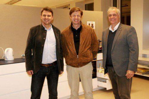Kurt Fischer, Eugen Amann, Walter Natter (v. l.) im neuen Küchenbereich der Mittelschule.