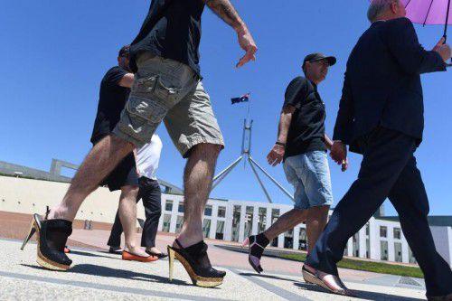 Männliche Regierungsbeamte stöckelten durch Canberra.