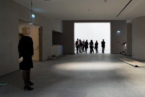 """Markus Schinwalds """"Korinna"""" begrüßt die Besucher in der am Freitagabend eröffneten Kunsthalle """"Arlberg 1800""""."""