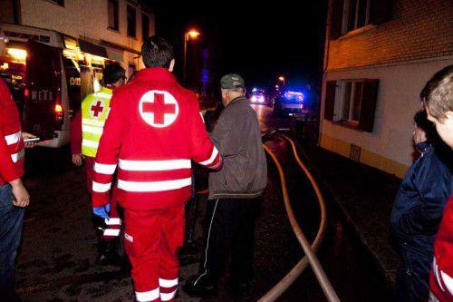 Mehrere Senioren wurden von der Rettung ins Freie gebracht.