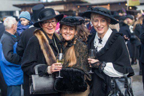 """Nobles Damentrio im """"alto Häs"""": Der Dornbirner Martinimarkt lockte auch bei 40. Auflage Besucher in Scharen."""