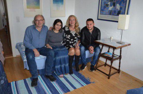 Pfarrer Michael Meyer (l.) und seine Frau Silvie (2.v.r.) haben Sonia und Ionut in ihrer Wohnung einquartiert.