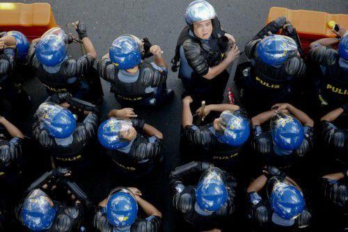 Polizisten brachten sich in Manila gegen Demonstranten des Gipfels der Pazifikanrainerstaaten in Stellung.