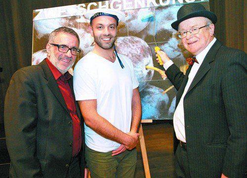 Projektleiter Wafa Reyhani (l.) mit den Akteuren Sina Samieian und Mario Plaz bei der Benefizveranstaltung.