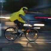 Autofahrer ermahnt lichtscheue Radfahrer