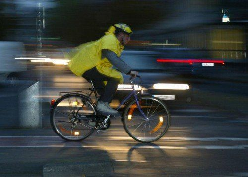Mit der Kampagne wollen die Initiatoren auch über die richtige Beleuchtung und Bekleidung für Radfahrer informieren. obs/dvr