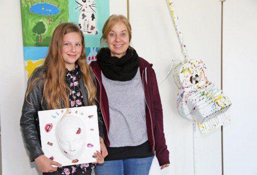 Schülerin Florina Ulrich und May-Britt Chromy im LKH-Foyer.