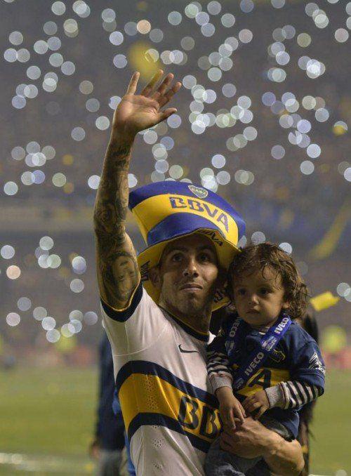 Stürmer Carlos Tevez feierte den Titel mit seinem Sohn.
