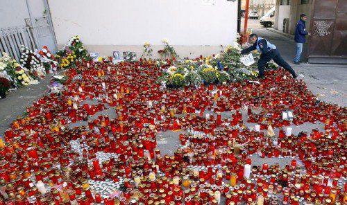 Vor dem Club in Bukarest wurden zahlreiche Kerzen für die Todesopfer angezündet.
