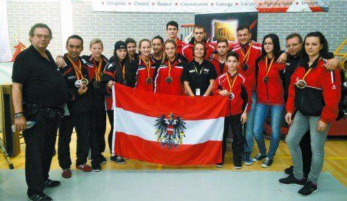 Vorarlbergs Aufgebot holte bei der Kickbox-WM in Spanien 16 Medaillen. Dominik Schuster (hintere Reihe Zweiter von links) kürte sich dabei zum Doppelweltmeister.