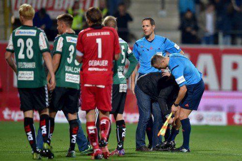 Weil sich Assistent Markus Gutschi (r.) verletzte, musste Dominik Ouschan in Ried einspringen.