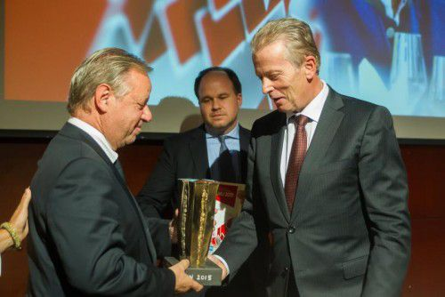 Wirtschaftsminister Mitterlehner ist Stammgast beim KMU-Preis der VN mit Preisträger Paul Pfefferkorn und CR Riedmann.