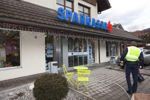 Am Vorplatz der Sparkasse in Rankweil kam es am gestrigen Freitag zu einer blutigen Auseinandersetzung.