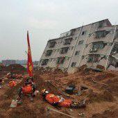 Bauschutt begräbt mehr als 30 Häuser unter sich