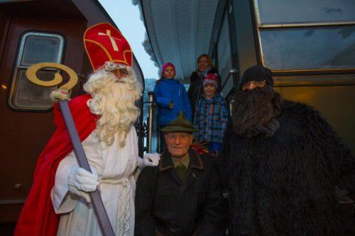 """Der """"Bähnle-Nikolaus"""" hat es Susanne Nigg und ihren Töchtern Annika und Katja angetan. Mit dabei war diesmal auch Susannes Onkel Luis Nigg."""