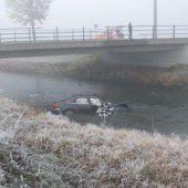 Auto ging im Kanal baden