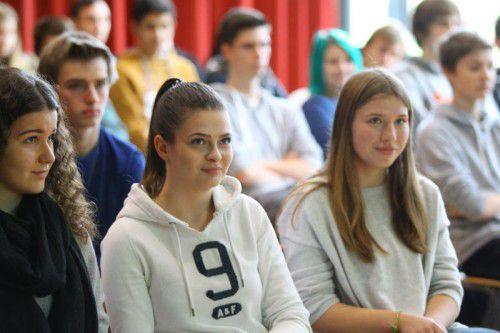 Der Song und der Vortrag über Menschenrechte in Europa stießen bei den Schülern auf großes Interesse.